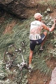 """Op de col van vandaag reed Johan Bruyneel in 1996 de ravijn in: """"Ik herinner me dat ik in de lucht hing. Ik dacht: ai, dit komt niet goed"""""""