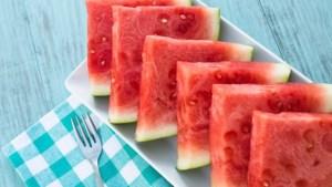 Zo snij je een watermeloen in stukjes zonder mes
