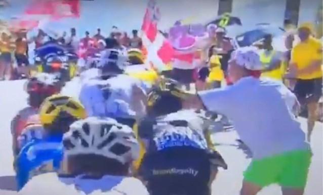 Haat jegens Team Sky viert hoogtij op Alpe d'Huez: toeschouwer slaat Froome, boegeroep voor winnaar Thomas