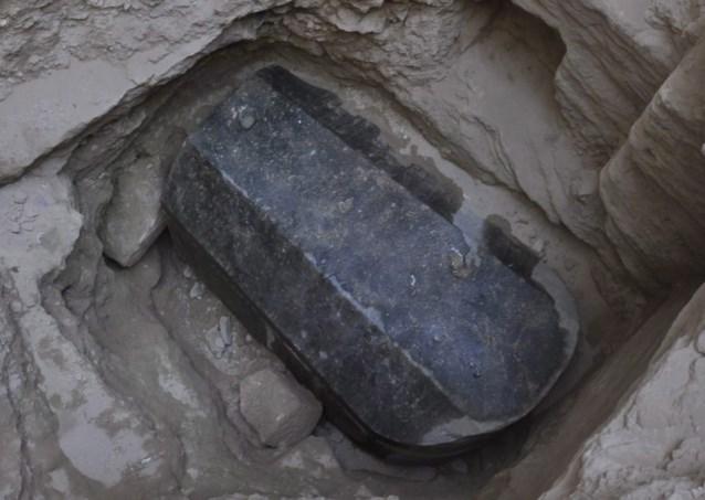 Archeologen ontdekken mysterieuze zwart granieten sarcofaag en Twitter vreest het moment waarop ze die openen al