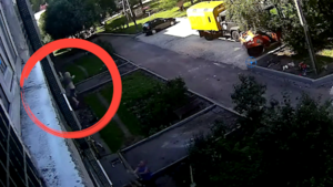 Kind valt uit raam, maar wordt op heroïsche wijze opgevangen door voorbijgangers