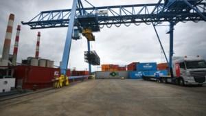 VIDEO. Decors Pukkelpop per boot aangekomen in Genk