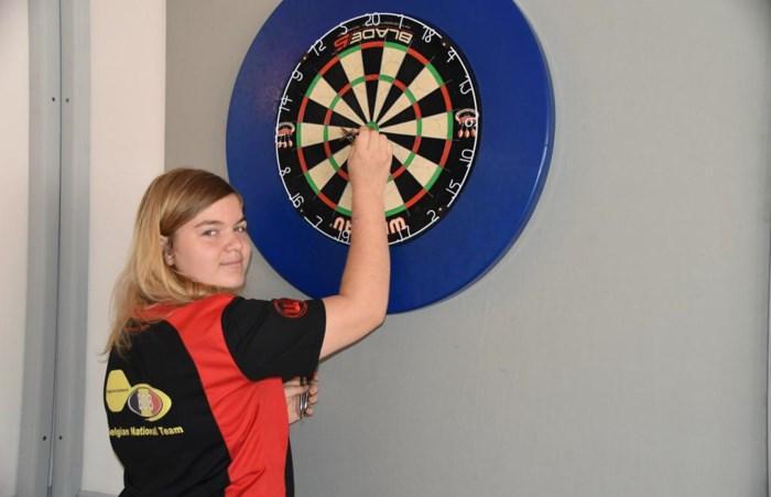 Audrey is amper 15, maar wel een rijzende ster in de dartswereld