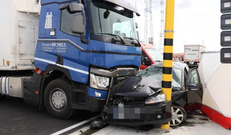 Man overleden na ongeval met vrachtwagen in Kallo