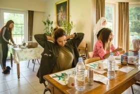 Geen drank, geen seks en geen selfies: vijf jonge vrouwen gaan het klooster in voor nieuw Vijf-programma