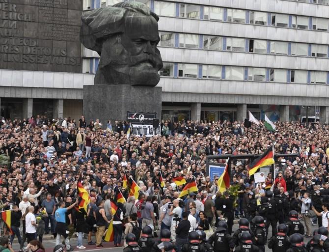 De ene Hitlergroet na de andere, heksenjacht op buitenlanders en een tekort aan politie: het is chaos in Chemnitz