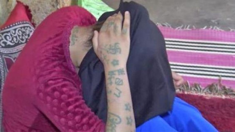 Marokko in rep en roer: 17-jarig meisje werd twee maanden lang verkracht en mishandeld, haar lichaam volgetatoeëerd met vuile moppen en beledigingen