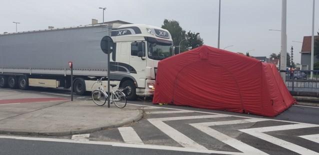 Vrouw op de fiets aangereden door vrachtwagen: slachtoffer naar ziekenhuis