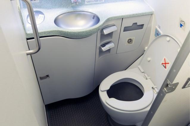 Expert klaagt aan dat luchtvaartmaatschappijen nu ook besparen op de toiletten, tot groot ongemak van de reizigers