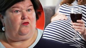 """De Block eist """"nultoleratie"""" voor alcohol tijdens zwangerschap, maar gynaecologen zijn toegeeflijker"""