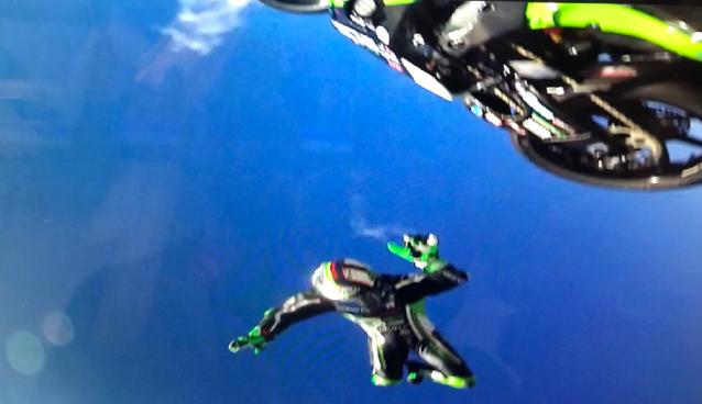 """Motorrijder maakt angstaanjagende doodsmak, maar komt met de schrik vrij: """"Dat skydiven was niet gepland!"""""""
