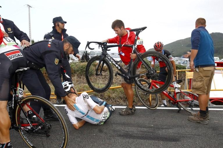 Bizar incident in Vuelta krijgt staartje: Nederlander moet opgeven, rennersvakbond protesteert