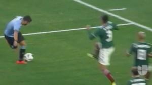 Suarez rolt Mexico op: rabona-assist, panenka en mooie vrije trap