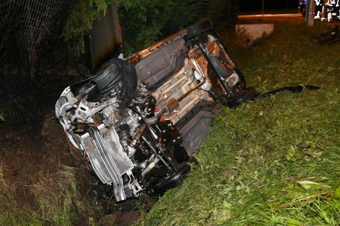 """Vrouw redt bestuurder uit wagen na ongeval: """"Kort nadat hij eruit was, werden de vlammen metershoog"""""""