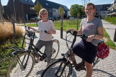 """Daarom doen Debbie (28) en Nancy (57) hun ronde nu met de fiets. """"Snel even foutparkeren voor een spuitje en drie minuten later heb je een boete"""""""
