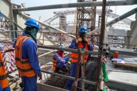 """Onderzoek Amnesty: """"Arbeidsmigranten in Qatar uitgebuit voor bouw infrastructuur WK voetbal"""""""