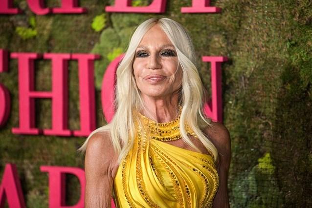 """Donatella probeert fans gerust te stellen: """"Versace blijft luxemerk"""""""