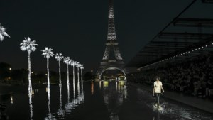 Modellen lopen op het water voor Saint Laurent