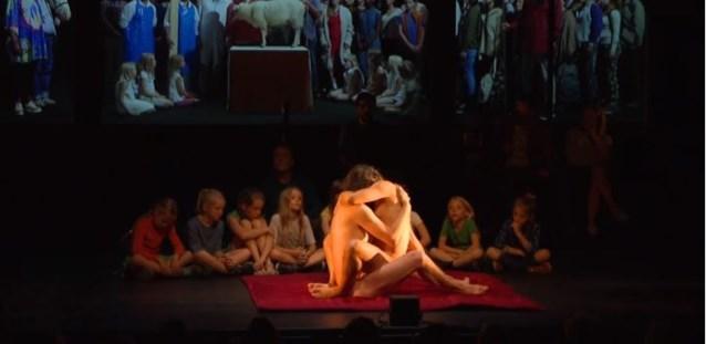 """Naakte acteurs vrijen voor groep kinderen tijdens ophefmakend toneelstuk: """"Het is niet wat het lijkt"""""""