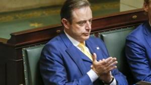 """""""Softie"""" De Wever ligt langs alle kanten onder vuur"""