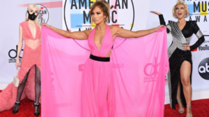 Schreeuwerige jurken en een streepje SM op rode loper van American Music Awards