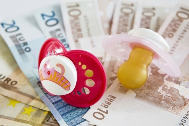 Ouders vragen bevalling in te leiden voor meer kindergeld