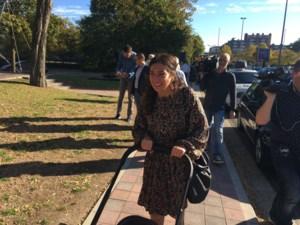 """VIDEO. Zuhal Demir gaat stemmen met dochtertje: """"Jammer dat zij nog niet mag stemmen"""""""