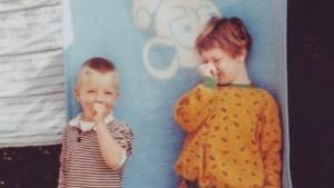 """Sarah zoekt deken uit jaren 80 voor haar zus met autisme: """"Wie heeft nog zo'n deken in de kast liggen?"""""""