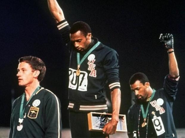 """Het vergeten drama achter een van de meest iconische sportfoto's: het """"blanke gastje"""" dat genegeerd werd door een voltallige natie"""