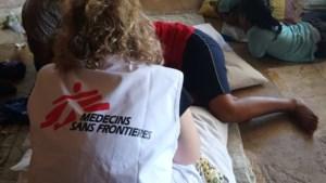 Vrouwelijke arts gearresteerd omdat ze migrantenkind fotografeerde