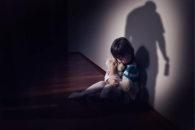 Urine drinken, uitwerpselen eten en bijna laten verdrinken: koppel moet naar assisen voor foltering kinderen