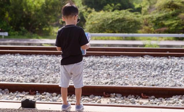 Gehaaste mama vergeet haar twee kinderen in treinstation