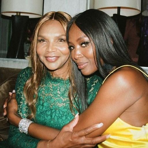 Naomi Campbell schittert in campagne met haar mama