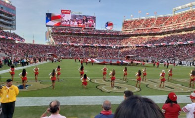 Voor het eerst knielt cheerleader tijdens Amerikaans volkslied uit protest