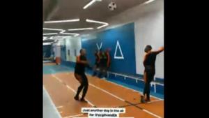 Virgil van Dijk toont zijn fenomenale sprongkracht, maar iedereen kijkt naar een andere Oranje-speler