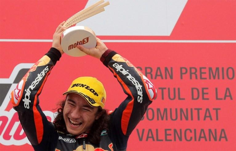 Vijftienjarige Can Oncü schrijft geschiedenis in Moto3 met zege in Valencia