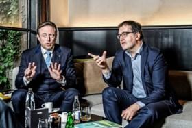 """Coalitiegesprekken in Antwerpen: """"Water nog steeds diep"""" volgens Beels, Peeters verrast door """"eigenaardige keuze"""""""