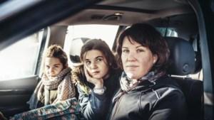 Tweelingzussen Anaïs en Lily (11) zitten elke dag ruim drie uur op de schoolbus