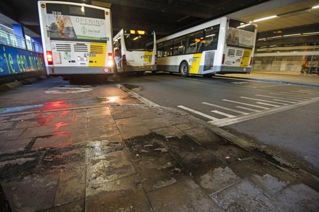 Bussen De Lijn stoppen opnieuw aan Noordstation, maar situatie lijkt niet verbeterd: veel afval, urinegeur en amper politie