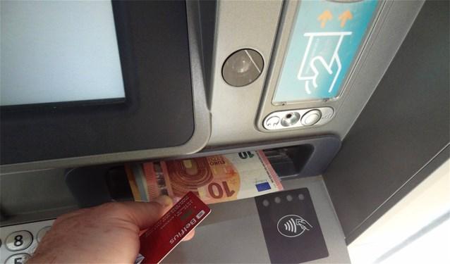 """Geld afhalen bij een andere bank? Dat kan tot 50 cent kosten. """"Lees de kleine lettertjes goed"""""""