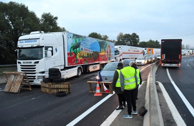Dode na ongeval bij wegversperring 'gele hesjes' in België: auto crasht achterop vrachtwagen