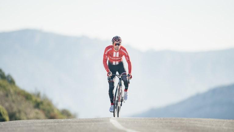 Dit zijn de nieuwe wielertruitjes in het profpeloton voor het seizoen 2019: Van Avermaet in het oranje, Dumoulin in het rood