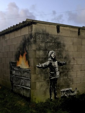 En dan staat er plots een echte Banksy op je garage: beruchte graffitikunstenaar doet het weer