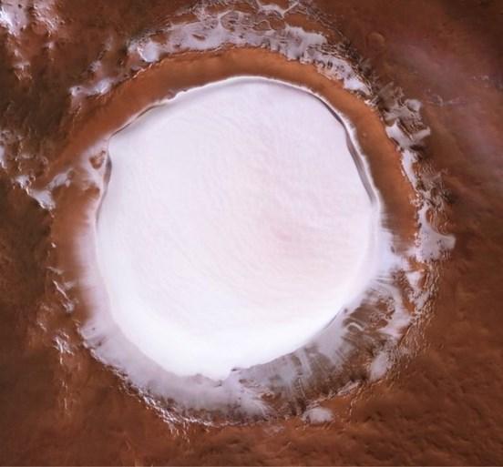 Spectaculaire beelden van enorme ijskrater op Mars