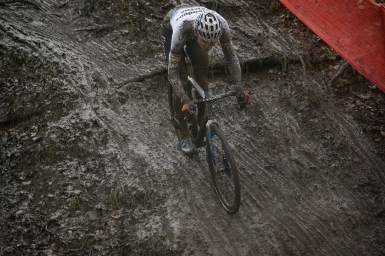 Ook in Namen geen maat op Mathieu van der Poel, Van Aert toch tweede ondanks gemiste start