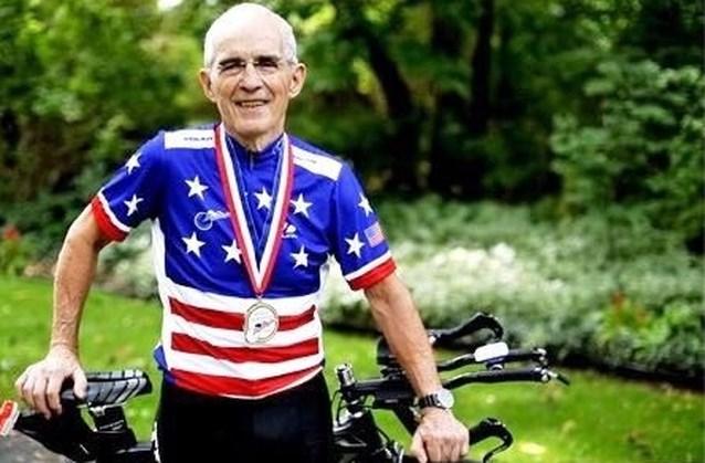 Bizar: 90-jarige wielrenner verliest nationale titel en wereldrecord nadat hij op doping betrapt wordt