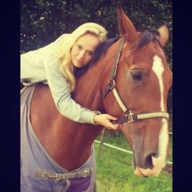 Jonge vrouw sterft nadat haar paard in volle galop instort door slagaderbeuk