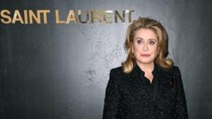 Catherine Deneuve verkoopt haar iconische jurken van Saint Laurent