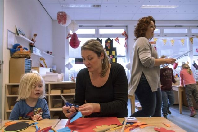 """Leerkrachten krijgen helpers in de klas om werkdruk te verlichten: """"Idee van één leraar voor één klas is voorbijgestreefd"""""""