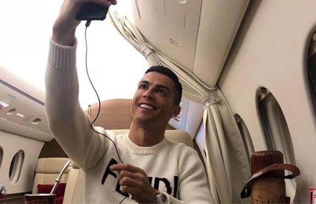 """Cristiano Ronaldo onder vuur voor foto in privéjet: """"Dit is echt niet de dag voor zo'n tweet"""""""